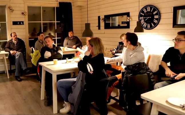 Det finns intresse för en idrottshall i Replot. På måndagskvällen samlades de ivrigaste skärgårdsborna för att diskutera huruvida projektet är möjligt att genomföra.