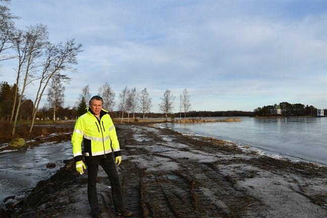 13 000 kubikmeter ska lyftas ur området mellan Högholmsbron och Hemgrund för att öka vattenflödet, berättar vägmästare Niklas Brandt. Vallarna är redan byggda.