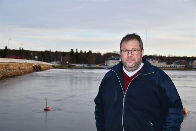 Esa Itälaakso uppger att han för förhandlingar med två aktörer som är intresserade av hans tomt söder om järnvägsviadukten.