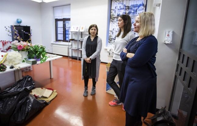 Miia Kivimäki, Meri Saarikangas och Kirsi Ikäheimonen på Settlementföreningens verkstad vid Handelsesplanaden 4.