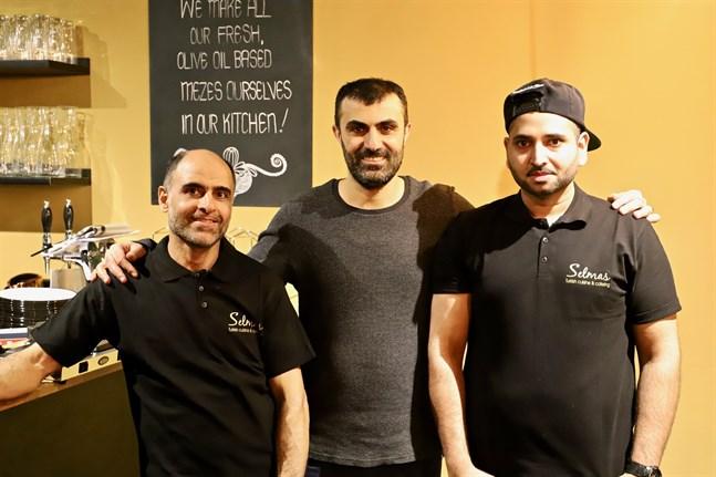 Ägaren Mehmet Bekalp och två av restaurangens kockar, Farzad Moghaddam (t.v.) och Ali Raza (t.h.).