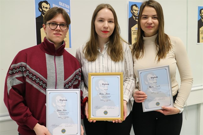 De tre svenskspråkiga deltagarna höll så högklassiga tal att de alla fick pris. Jakob Holm från Topeliusgymnasiet blev tvåa, Olivia Skinnar från Topeliusgymnasiet etta och Martta Leipälä från Karleby svenska gymnasium trea.