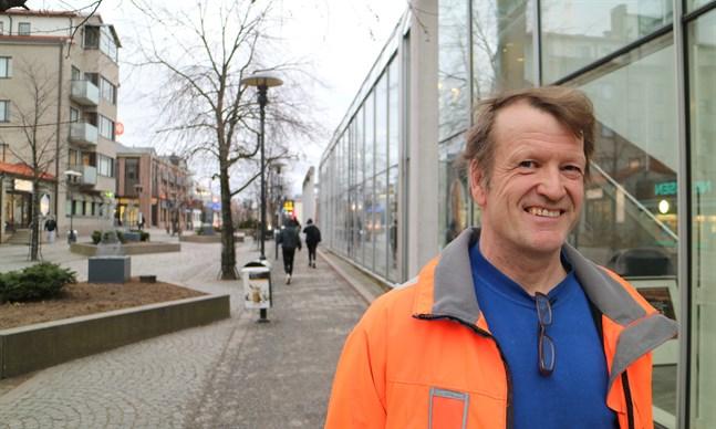 Sixten Ahlsved ställer ut på stadsbiblioteket i Karleby under januari 2020.