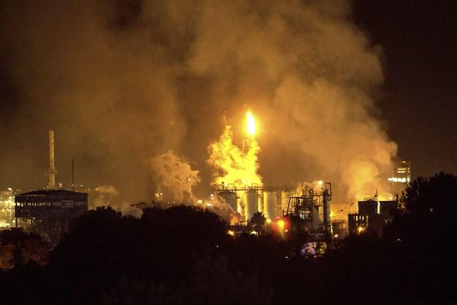 Lågor och rök stiger från den eld som orsakats av en explosion utanför Tarragona.