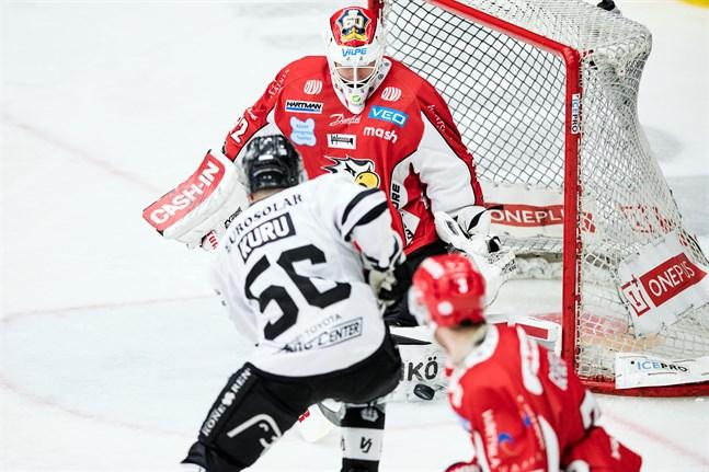 Niko Hovinen vaktar kassen mot yttern Hannu Kurus TPS. Sport har mött Åbolaget två gånger den här säsongen och det står 1–1 i segrar.