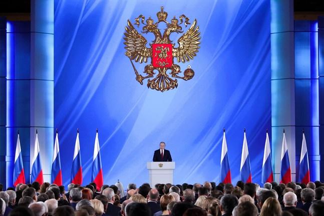 Vladimir Putin stärker sin position för framtiden med lagändringarna.
