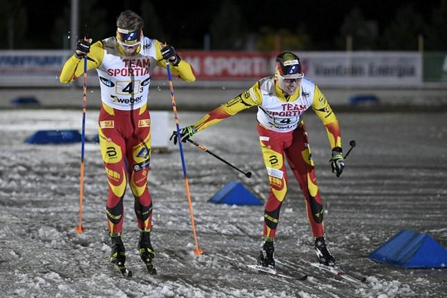 Pohti Ski Teams Juuso Mäkelä växlar över till Joni Mäki på sista sträckan.