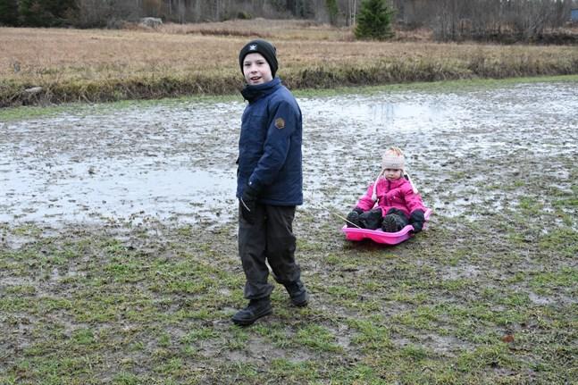 Var är snön, funderar syskonen Theo och Signe Malm i Finby. Theo väntar speciellt mycket på att få köra slalom, Signe på att pulka – på det rätta underlaget.