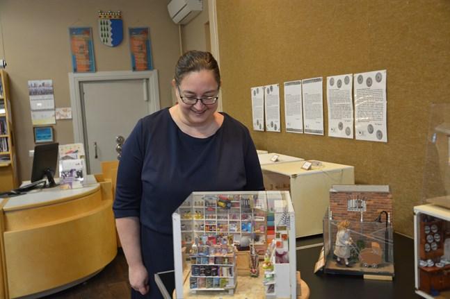 Biblioteksfunktionären Sara Söderbacka hittar mycket intressant att studera i tittskåpen som visas i Kristinestad.