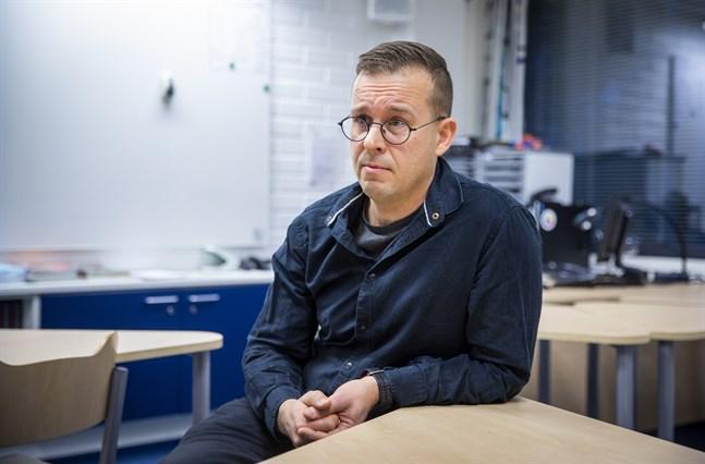 Marcus Sandås har jobbat femton år som lärare i religion i årskurs 7 - 9. Han tycker att den nuvarande läroplanen för religionsundervisningen, med en del korrigeringar, kunde fungera bra som gemensam grund.