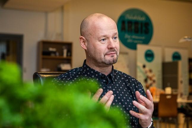 Anders Wingren är nöjd med att ett så stort antal kurser förverkligas på Arbis i Jakobstad.