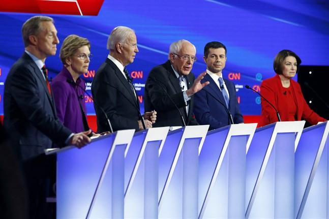 De sex demokratiska presidentvalsaspiranterna i Des Moines: affärsmannen Tom Steyer, senatorn Elizabeth Warren, förre vicepresidenten Joe Biden, senatorn Bernie Sanders, förre borgmästaren Pete Buttigieg och senatorn Amy Klobuchar.
