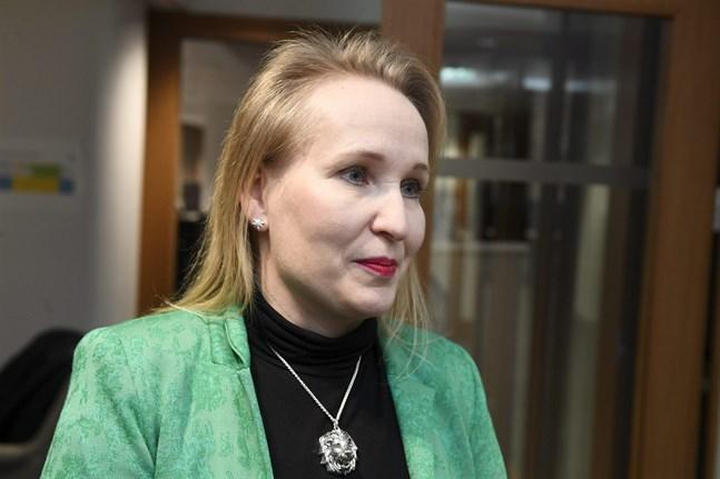 Ordkriget är i gång. Teknologiindustrins arbetsmarknadsdirektör Minna Helle anser att Elektrikerförbundets verksamhet är ansvarslös.