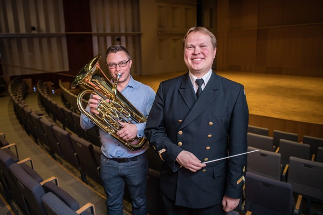 Peter Roos och Matti Laiho ser fram emot att bjuda publiken i Schaumansalen på musik ur olika tv-serier, framförd av Allegro Wind Band och Flottans musikkår.