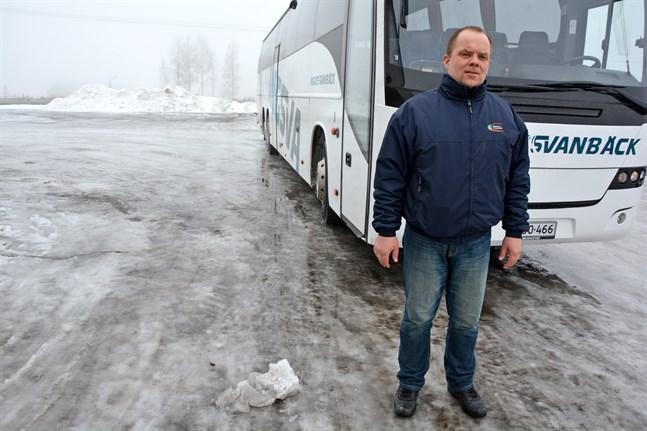 Christer Lindqvist säger att målet är att klara av att hålla det nya biljettpriset på samma nivå som regionbiljettens pris trots att subventioneringen uteblir. Han har hand om skol- och linjetrafiken på Ingves & Svanbäcks kontor i Närpes.