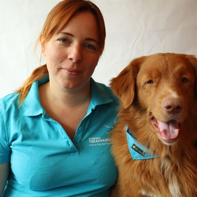 Johanna Rosendahl tillsammans med sin tjänstehund Tellus.