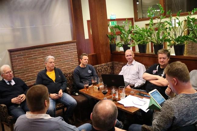 Jakobstadsnejdens aktiesparare diskuterade bland annat det nya aktiesparkontot på sitt möte vid Stadshotellet i onsdags. Från vänster: Bengt Kronqvist, Leif Harjulin, Mathias Flink, Marcus Eklöv, Niclas Sandnabba, medan ordförande Lasse Strömberg studerar färska aktiekurser. Tom Oja och Ulrik Nylund med ryggen mot kameran.