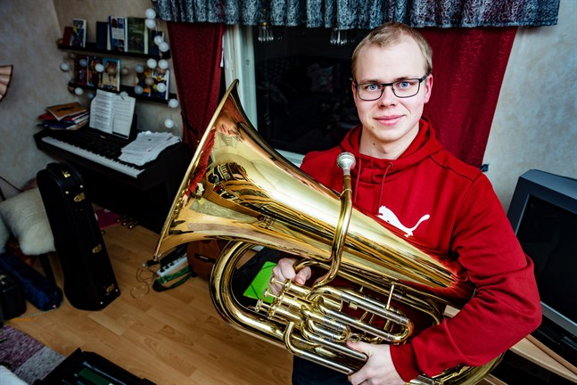 Anton Broända började spela barytonhorn för 8-9 år sedan och trombon och tuba lite senare. Tuban blev hans instrument i beväringsmusikkåren.