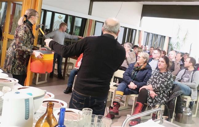 En emaljerad gryta gick under klubban, eller hammaren, för tjugo euro på auktionen i Nedervetil församlingshem.