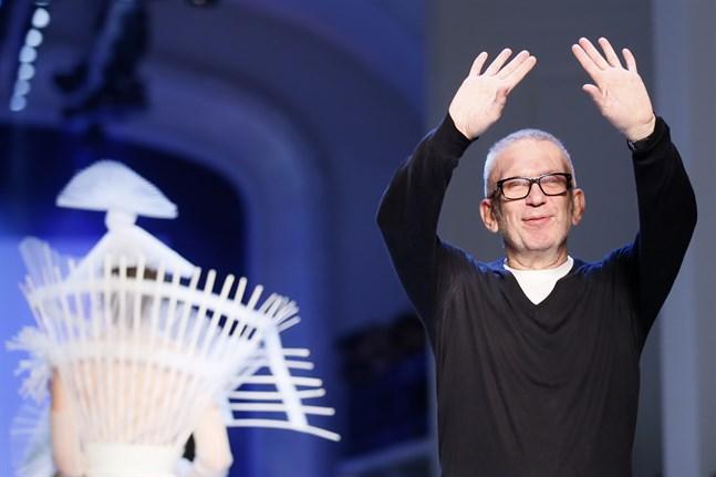 Jean-Paul Gaultier efter att han har presenterat förra årets vår- och sommarkollektion.