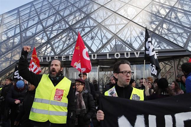 Strejkande aktivister blockerar ingångarna till Louvren i Paris.
