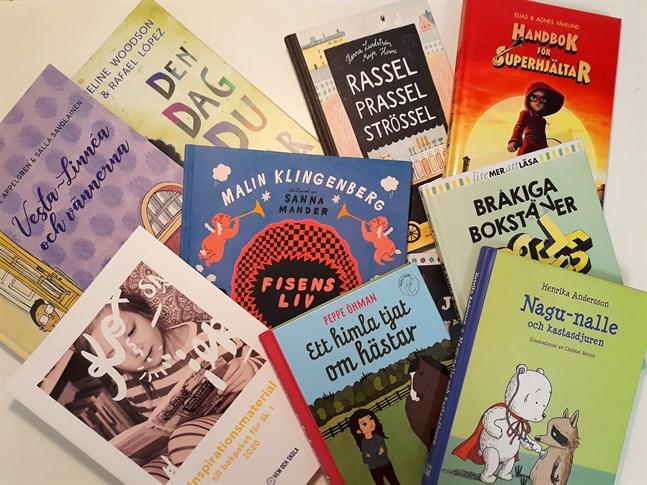 Finlandssvenska skolklasser kan varje år ansöka om att få ett bokpaket som finansieras av Lisi Wahls stiftelse för studieunderstöd.