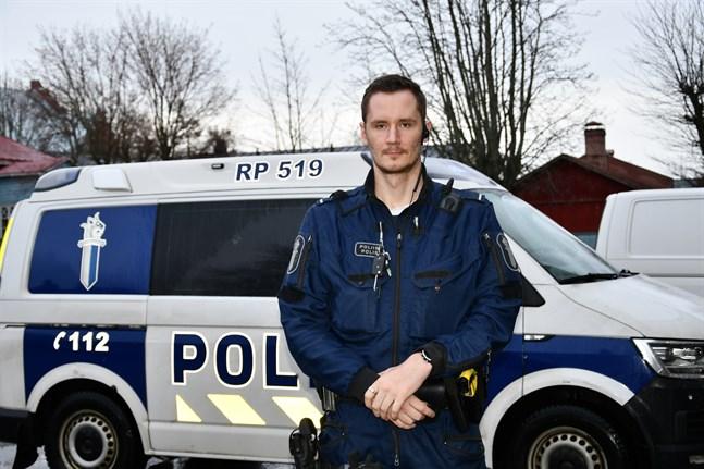 Mathias Eriksson från Närpes blev klar polis 2016 och efter ett halvår i Vasa vände han hemåt.