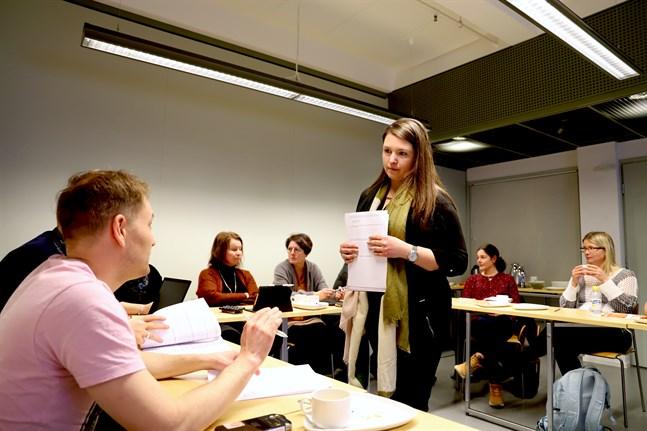 På fredagen samlades bildningsdirektörer, rektorer och lärare i Vasa och Korsholm för att höra om projektet SHIFT. Anette Bengs, projektforskare vid Åbo Akademi, är en av dem som tagit fram en enkät som ska svara på frågor om lärares behov av digital kompetensutveckling.