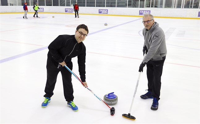 Christian Granlund, till vänster, tog i årsskiftet över ordförandeskapet i Malax Curling Club av Mikael Ljungqvist.