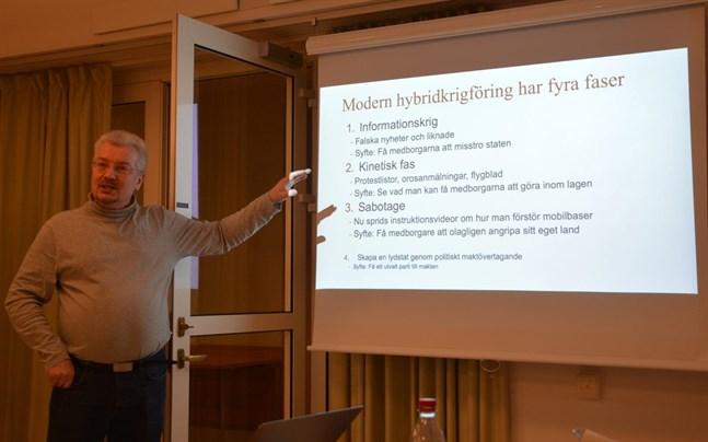 Per Ödling hittar jämförelser med modern hybridkrigföring i den organiserade kampanjen mot 5G. Han uppgav att i Sverige förekommer redan fas 3, videor om hur man ska sabotera mobilbaser. Säg nej om någon försöker få er att bli svartklädda ninjakrigare som ska klippa kablar, uppmanade han.
