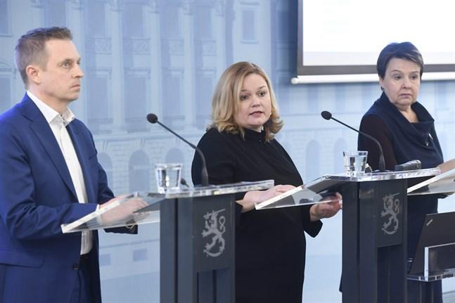 Avdelningschef Pasi Pohjola, familje- och omsorgsminister Krista Kiuru (SDP) och kanslichef Kirsi Varhila presenterade läget med vårdreformen på en presskonferens på fredagen.