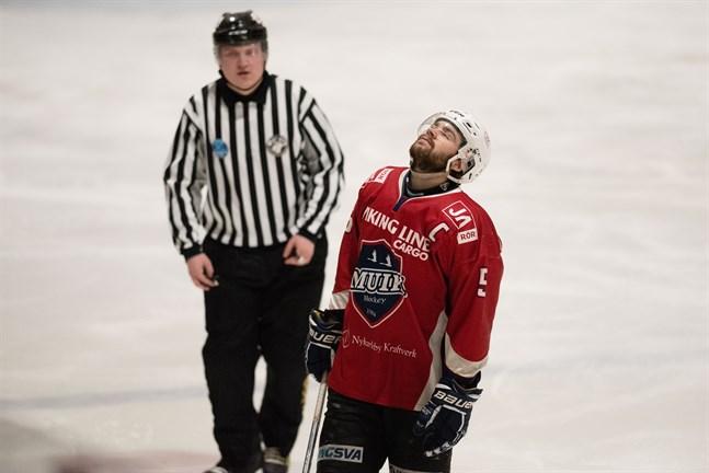 Kapten Erik Backlund och Muik Hockey hade en jobbig eftermiddag mot topplaget D-Kiekko som enkelt kunde skrinna hem tre poäng.