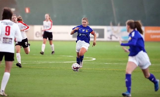 Vasa IFK:s lagkapten Ida Antus jobbade hårt på mittfältet och fick till ett tröstmål i slutminuterna.
