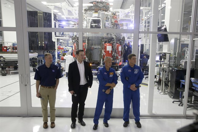 Nasa-chefen Jim Bridenstine, SpaceX-chefen Elon Musk och astronauterna Doug Hurley och Bob Behnken vid en pressvisning av Crew Dragon-kapseln (i bakgrunden) i Kalifornien förra året.