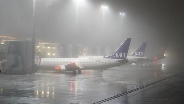 Den terrormisstänkta norska kvinnan och hennes två barn landade på Gardemoen i Oslo vid midnatt.