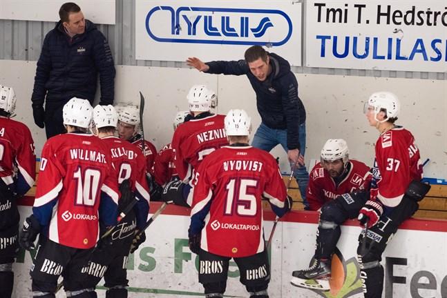 Muik Hockey har gjort klart med ny tränare efter Michael Ringberg (till höger).