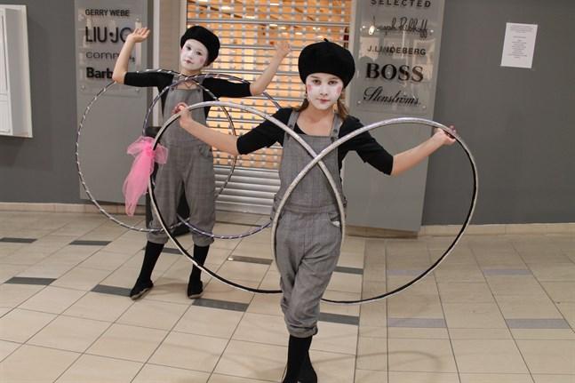 Clownerna Usva Hollanti från vänster och Mia Björk underhöll.