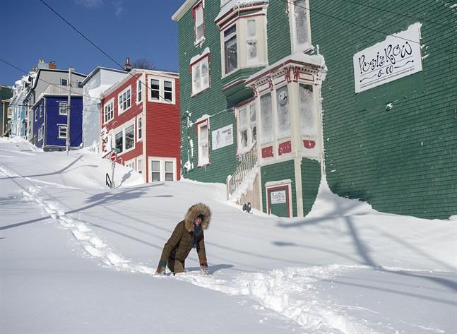 En invånare pulsar fram i snömassorna som begravt staden S:t John's i Newfoundland.