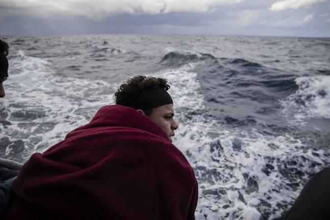 Människosmugglingen över Medelhavet är en av huvudaspekterna i kriget i Libyen. Bild från ett räddningsfartyg som plockat upp migranter nära Libyens kust tidigare i januari.