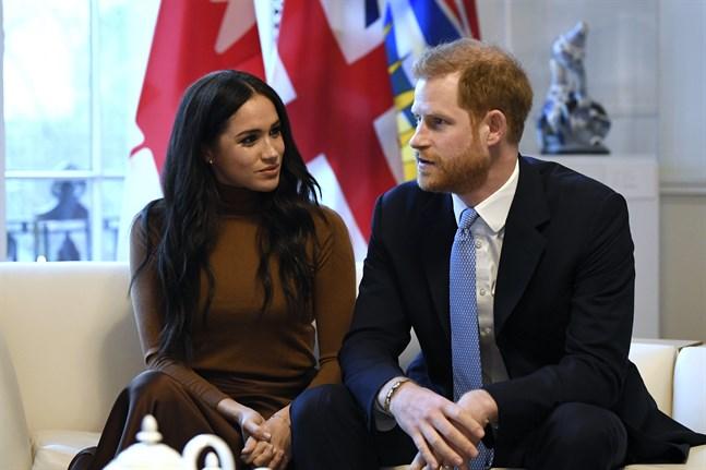 """""""Prinsparet sökte ett avtal som innebar 'hälften inne, hälften ute', men nu är de definitivt ute"""" skriver tidningen The Guardian apropå att prins Harry och Meghan inte längre formellt får representera det brittiska kungahuset. Bild från tidigare i januari."""