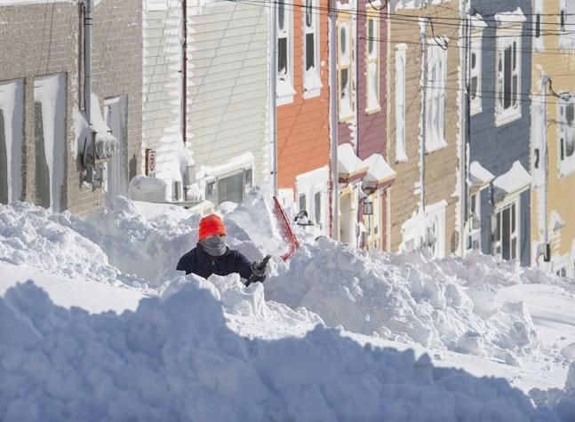En invånare i S:t John's i den kanadensiska provinsen Newfoundland och Labrador skottar efter snöstormen.