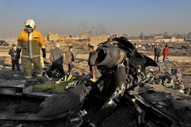 Räddningsarbetare på platsen där det ukrainska flygplanet störtade sedan det skjutits ned utanför Teheran den 8 januari.