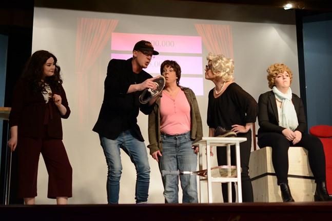 Det blir ett år utan Bölerevyn. I Pörtom är man hoppfull och siktar på en premiär i mars. Bilden är från Böle UF:s revy Kaxit som spelades i början av året. Tilda Eklund, Mike Nordlund, Sanna Granö, Johanna Aspelin-Wikman och Samantha Nygård.