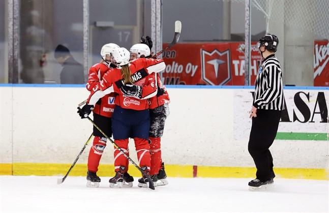 Susanna Viitala, Julia Hagnäs och Pauliina Suoniemi firar den sistnämndas segermål i förlängningen.