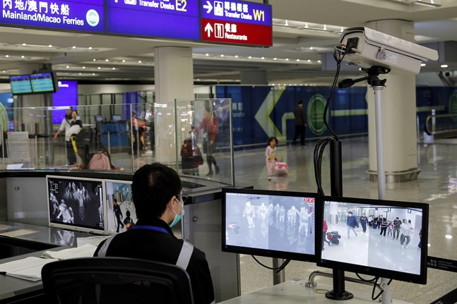 Passagerare kontrolleras på flygplatsen i Hongkong. Arkivbild.