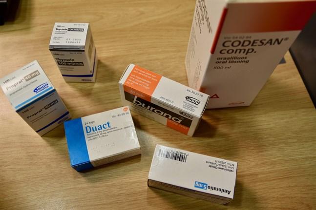 Apotekareförbundet meddelar att de receptbelagda medicinerna har blivit billigare samtidigt som de receptfria medicinerna har blivit något dyrare under de senaste tio åren.
