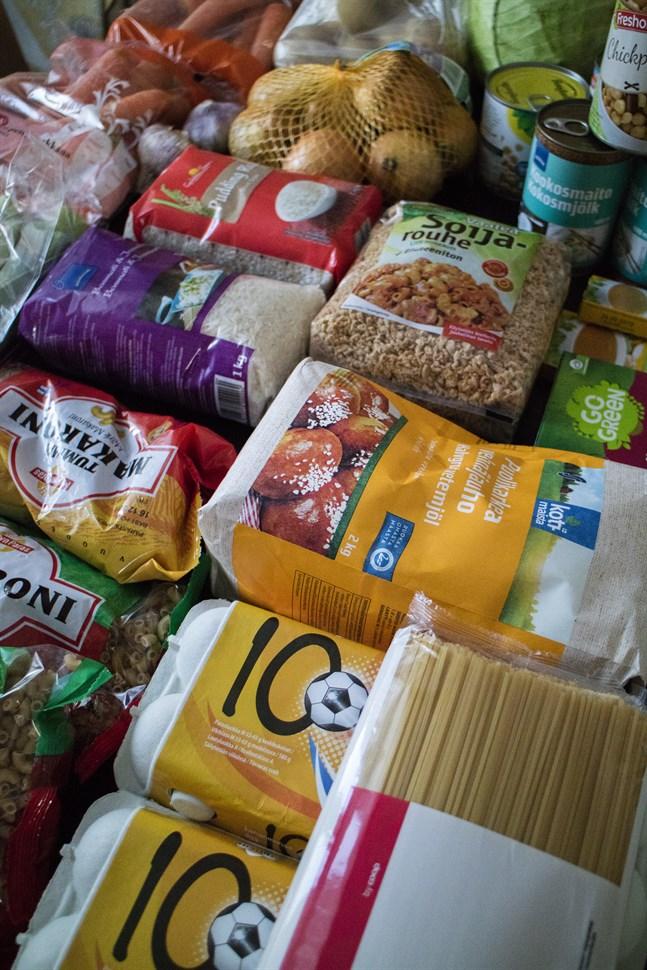 Köp ingredienser som är på erbjudande och satsa på storkok är två säkra sätt att spara pengar då du handlar mat.