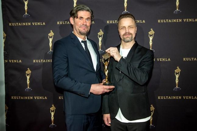 """För manuset till serien """"M/S Romantic"""" fick Tommi Korpela och Jani Volanen ta emot en Venlastatyett under fredagens gala."""