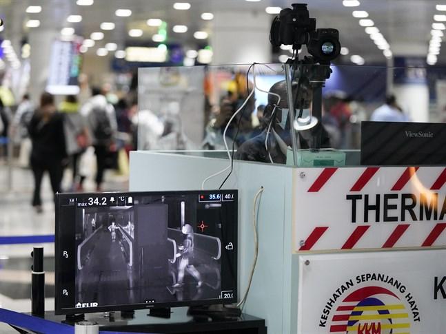Feber-screening pågår på flygplatsen i Malaysias huvudstad Kuala Lumpur.