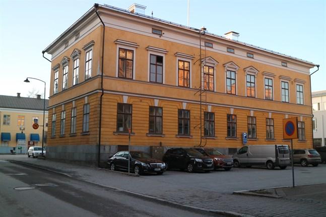 Rådhuset i Karleby invigdes i februari 1942. Nu har man upptäckt sprickor i grunden och utreder som bäst hur dessa ska åtgärdas bäst.
